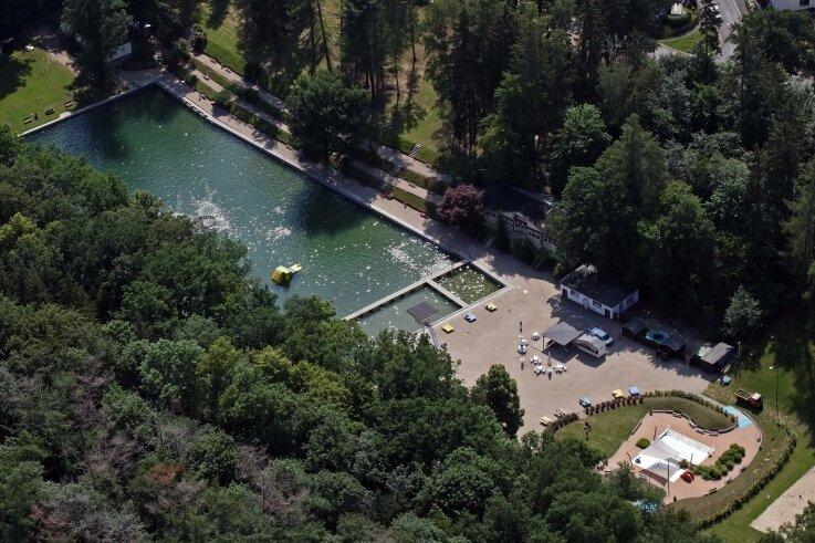 Der Blick aus der Vogelperspektive auf das Sahnbad, welches sich in einer Parkanlage befindet.