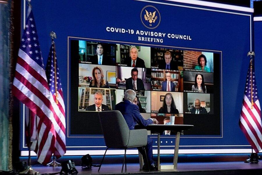 """Arbeitet bereits am Wechsel: Joe Biden, """"Gewählter Präsident"""" (""""President-elect"""") der USA, nimmt im Queen-Theater in Wilmington im US-Bundesstaat Delaware an einem Treffen mit seinem neuen Expertenrat teil, der die Politik seiner Regierung im Kampf gegen die Coronapandemie gestalten soll."""