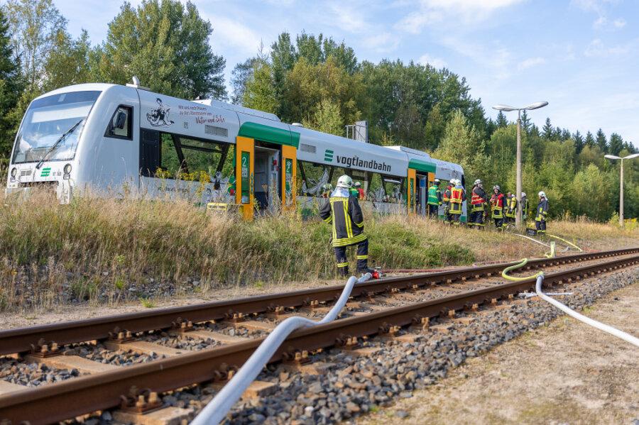 Dieser Triebwagen der Vogtlandbahn geriet am Montagnachmittag in Brand, 45 Feuerwehrleute waren im Löscheinsatz.