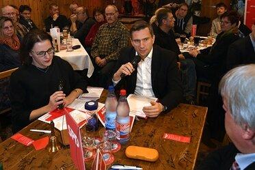 """Martin Dulig war am Dienstagabend im Zuge der Küchentischtour im """"Wintergarten"""" in Hainichen. Eileen Mägel (links im Bild) moderierte die Veranstaltung."""