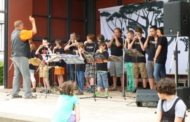 Jürgen Just mit den personell verstärkten Mundharmonikaspatzen 2014 beim Auftritt im Kurpark Friedrichroda.