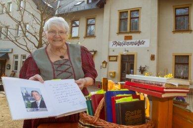 Gisela Jahnsmüller, die Wirtin der Pfaffenmühle, zählt inzwischen zwölf Gästebücher. In eines hat sich auch der frühere sächsische Ministerpräsident Stanislav Tillich (CDU) eingetragen.