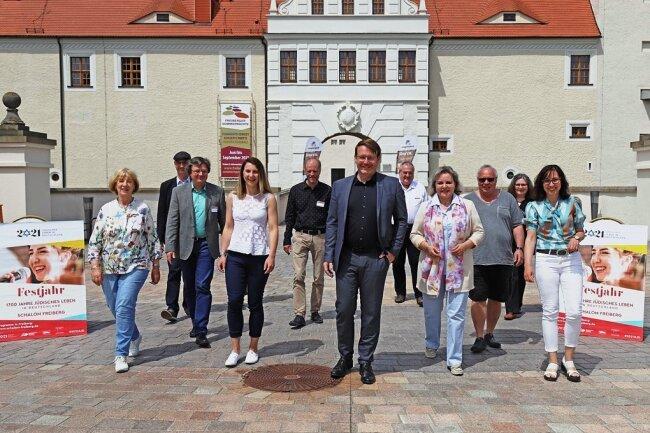 Oberbürgermeister Sven Krüger (M.) und die Beteiligten des Veranstaltungsprogramms präsentieren das Schalom-Jahr in Freiberg.