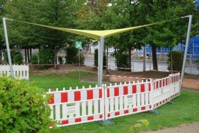 Die Rasensaat unter dem neuen Sonnensegel an der Grundschule in Schwarzenberg Heide muss noch aufgehen, daher die Absperrung.