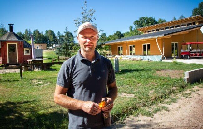 Frank Buschbeck hat sich mit dem Campingplatz in Niederwiesa ein Kleinod geschaffen: Viel Grün, ein Teich, Volleyballplätze und ein Bolzplatz. Doch auch Räumlichkeiten zum Feiern bietet er an - 2021 kommt eine Kneipe dazu.