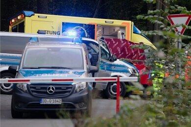 Einsatz am Sonntagabend an der Talsperre Pöhl: Polizisten und Sanitäter bringen den Mann, der sich von der Staumauer rund zehn Meter tief ins Wasser gestürzt hatte, mit einem Rettungswagen ins Krankenhaus.