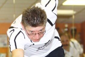 Höchste Konzentration, das richtige Tempo und Genauigkeit sind im Kegeln wichtig - hier prächtig demonstriert von Michael Dick vom SV Bärenstein.