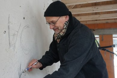 Gemeindepädagoge Ernst-Michael Weidauer hat früher schon als Heizungsinstallateur gearbeitet. So kann er sich selbst beim Neubau des Sanitärhauses in Ringethal einbringen.