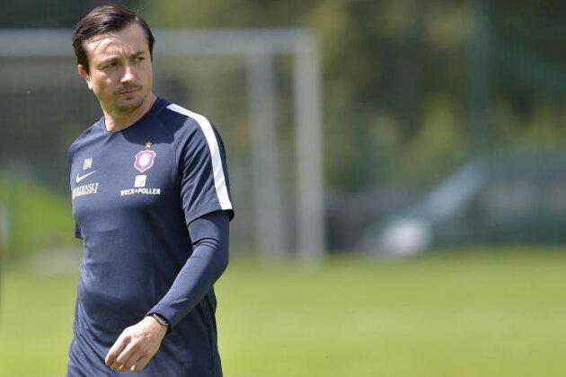 Der neue Trainer Daniel Meyer beobachtet das Training.