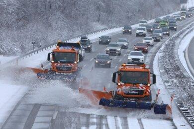 Zwei Räumfahrzeuge auf der Autobahn 4 zwischen Glauchau und Hohenstein-Ernstthal. In Formationsfahrt können zugleich drei Fahrspuren und ein halber Standstreifen vom Schnee befreit werden.