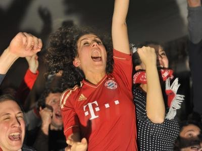 Bayern-Fans jubeln auf der Leopoldstraße in München.