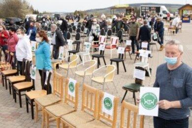 300 leere Stühle und einige gedeckte Tische vor dem Crottendorfer Räucherkerzenland standen am vergangenen Freitag sinnbildlich für die prekäre Lage von Gastronomen und Hoteliers infolge der Corona-Krise.