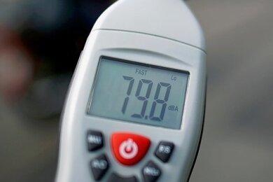 Mit einem Schallpegelmesser wird die Intensität von Geräuschen untersucht. Solche oder ähnliche Geräte sind in Zwickau bereits zum Einsatz gekommen, um den Ursachen des Brummtons nachzugehen. Foto: Arno Burgi/dpa