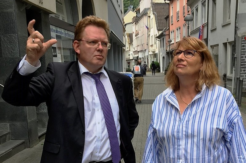 Niedrige Immobilienpreise locken Neubürger nach Altena, erklärt Andreas Hollstein der sächsischen Integrationsministerin Petra Köpping.