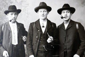 Kurt (l.) und Paul Pflüger (r.) mit einem unbekannten Freund - vermutlich um die Jahrhundertwende.