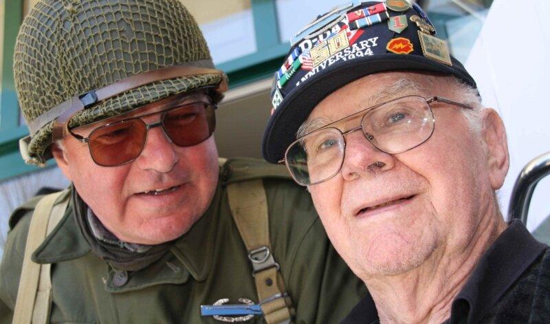 Weltkriegs-Veteran Thomas Stafford (r.) wurde in Carlsfeld geehrt. 1945 hatte er die vorzeitige Kapitulation von 40.000 deutschen Soldaten herbeigeführt und unnötiges Blutvergießen verhindert.