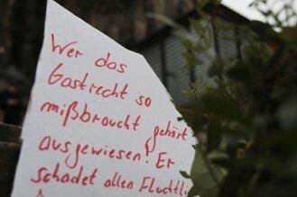 Nicht nur die Politik, auch viele Bürger meinen, dass Asylbewerber, die Straftaten begehen, einfacher ausgewiesen werden müssen - im Bild ein entsprechens Plakat vor dem Kölner Dom.