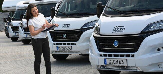 Beim Verleiher Horn-Caravaning kontrolliert Mitarbeiterin Lilia Surkowa-Jendrok die reservierten Fahrzeuge, die laut dem Firmeninhaber zu Beginn der Sommerferien bereits nahezu ausgebucht sind.