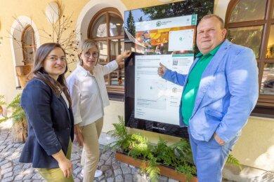 Tourismuskoordinatorin der Greifensteinregion Corinna Bergelt zusammen mit Silke Franzl und Knut Schreiter (von links).