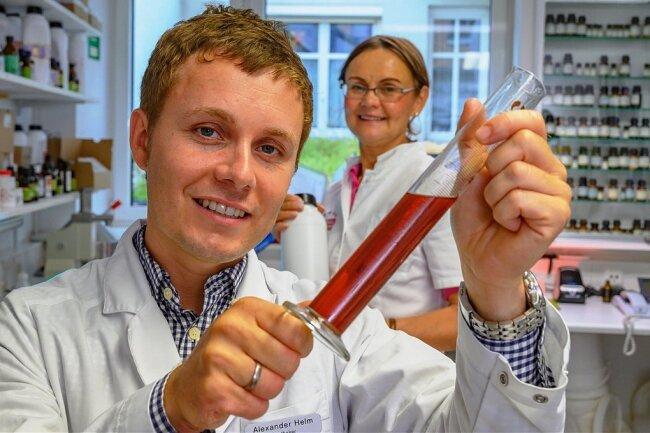 Alexander Helm, Casida-Geschäftsführer, mit seiner Mutter, der Apothekerin Ute Helm, im Labor.