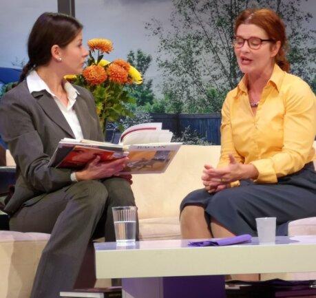 Eigentlich wollen sich Annette (Isabell Weh, links) und Vérónique (Alica Weirauch) samt ihren Partnern nur über ihre Söhne aussprechen - doch schnell eskaliert die Situation.