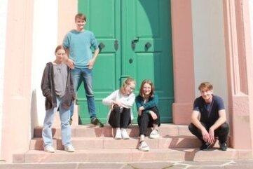 Anna Kaufmann, Colin Flämig, Laurentine Müller, Paula Luise Dechant und Felix Forsbach (v. l.) spielen Theater.