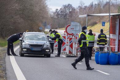 Auch wer über die Grenze darf, wird dort zunächst kontrolliert. So auch beim Grenzübergang Bad Brambach - Vojtanov.