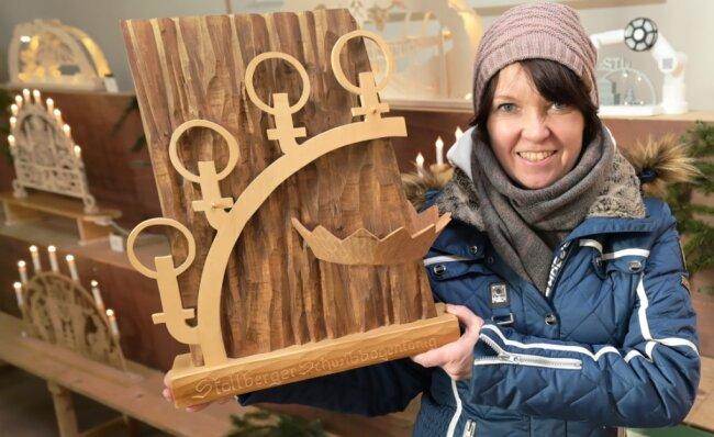 Stollbergs Marktmeisterin Bärbel Raatz zeigt den Pokal für den Schwibbogen-König.
