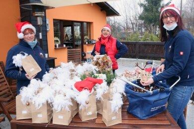 Susann Heerklotz, Jana Mueller und Kathrin Dehn (v.l.) sind die Wichtel vom Heimatverein. Sie haben die vorbereiteten Geschenke verteilt.