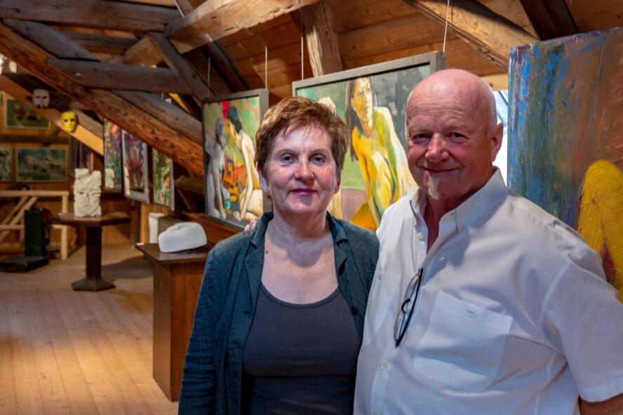 Freuen sich, dass sie nach langer Corona-Zwangspause auf ihrem Hermergut in Mildenau endlich wieder Kunst öffentlich zeigen und so zu Begegnungen einladen können: Ria und Harry Meinel. Beide haben über viele Jahre erfolgreich drei Hotels in der Region geführt.