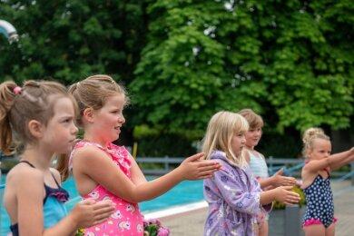 Vor dem Sprung ins kühle Nass haben die Schwimmlehrer den Kindern bei Trockenübungen erklärt, wie man sich im Wasser richtig bewegt und was zu beachten ist.
