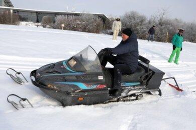 Eine neue Aufgabe: Oberbürgermeister Peter Dresler steuert das Schneemobil.