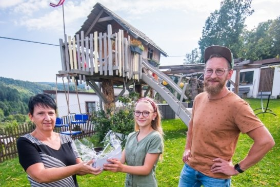"""Daniel Lötzsch hat für seine Kinder das Baumhaus gebaut, das jetzt von den Lesern der """"Freien Presse"""" als das schönste unter den 13 Baumhäusern, die in einer Serie vorgestellt wurden, gekürt wurde. Bei der Übergabe des Gutscheins vom Bau- und Gartencenter Roth durch Redakteurin Heike Mann war Tochter Matilda mit anwesend."""