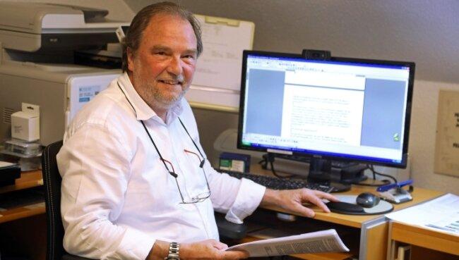 Der Inhaber der Lernhilfe in seinem Büro in Callenberg. Jochen Meyer gibt aber auch in anderen Orten Nachhilfe.