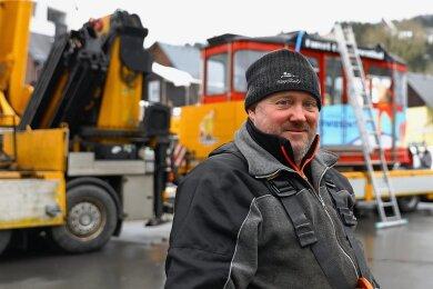 Geschäftsführer René Lötzsch von der Fichtelberg Schwebebahn ist zufrieden: Nach einem stürmischen Start in den Tag ist die erste Kabine aus der Talstation auf den Transporter verladen und kann die Fahrt in die Werkstatt nach Annaberg-Buchholz antreten.