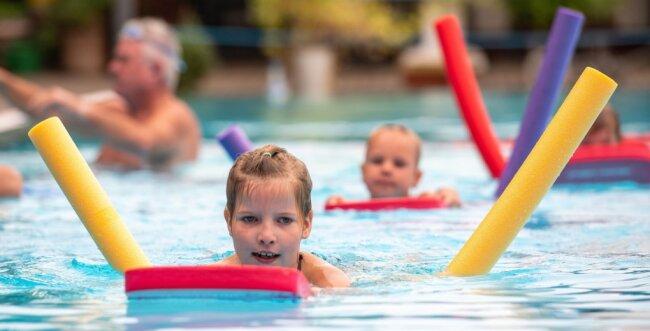 In dieser Woche hat der zweite Schwimmkurs dieser Saison im Rochlitzer Stadtbad begonnen. Nach dem Duschen ging es hinein ins Wasser, wobei die Kinder nach einer kurzen Pause mit Schwimmhilfen auch schon im tiefen Wasser geschwommen sind.