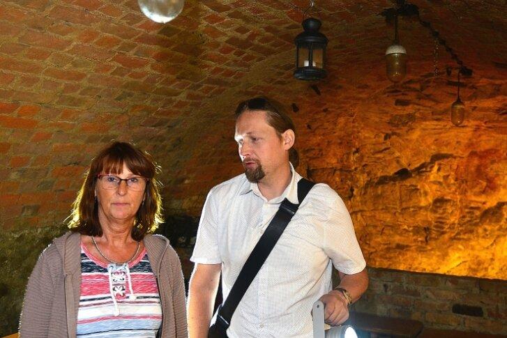 """Museumsmitarbeiterin Kerstin Greger und Beigeordneter Holger Müller in einem Keller am Museum """"Alte Pfarrhäuser"""" in Mittweida."""