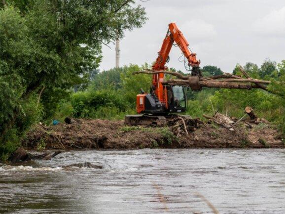 Mit schwerer Technik hat die Landestalsperrenverwaltung an der Mulde bei Stöbnig eine durch Treibgut entstandene Gefahrenstelle beseitigen lassen. Eine Biberburg links neben dem Fahrzeug wurde gleich mit entfernt.