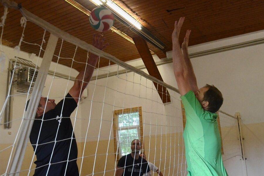 Wenn in der Turnhalle Eich Volleyball gespielt wird, geht es eng zu: Die14 mal 7 Meter große Grundfläche der Halle dient komplett als Spielfeld - und bietet dennoch nur jeweils drei Spielern auf jeder Seite des Netzes Platz. Dem Spielspaß tut das keinen Abbruch, sagen die Sportler.