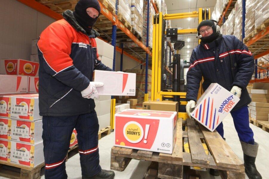 Bekleidet wie zur Polarexpedition arbeiten Dieter Mann (links) und Detlef Räuber im neuen Tiefkühlhaus bei minus 22 Grad Celsius.