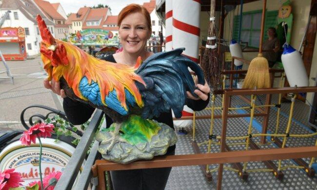 Zum Bergstadtsommer in Freiberg wird der Untermarkt ab heute, 12 Uhr, zum Jahrmarkt. Christel Kalbe von der Firma Melcher aus Kamern baute am Mittwoch einen Geschicklichkeitsparcours für Groß und Klein auf.