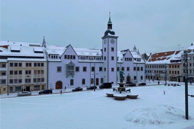 Die Schneemassen im Freiberger Stadtgebiet haben auch zu einigen Stürzen geführt - aber nicht in den Maßen, wie es bei Glatteis der Fall ist. Im Bild der verschneite Freiberger Obermarkt mit Rathaus.