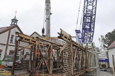 Das abgebaute Fördergerüst liegt nun auf dem Gelände der Reichen Zeche bereit zum Zerteilen und Verschrotten.