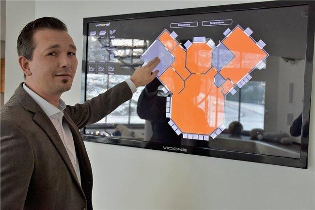 Frank Brylok an der Kommandozentrale im Zwickauer Smart-Home: Mithilfe des Bildschirms kann er das Haus überwachen und die Technik steuern.
