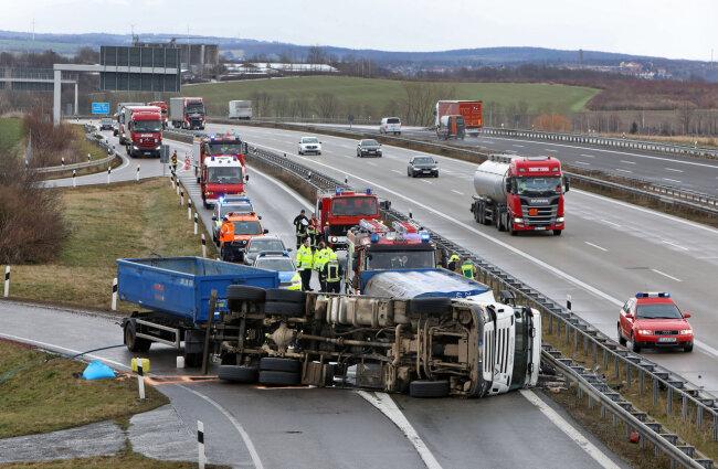 Gegen 9 Uhr am Mittwochmorgen ist ein Lkw an der A 4 bei der Anschlussstelle Meerane umgestürzt.