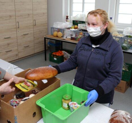 Kitty Blechschmidt bei der Ausgabe der Lebensmittel. Aufgrund der Corona-Hygieneregeln dürfen derzeit maximal zwei Gäste rein.