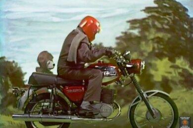 """Puppenspieler und Bauchredner Heinz Fülfe als Taddeus Punkt mit Hund Struppi als Sozius auf einer MZ unterwegs ins Erzgebirge. Die Dreharbeiten für diese """"Abendgruß""""-Folge fanden im April 1981 statt. Der 4:30 Minuten lange Kurzfilm macht derzeit in sozialen Netzwerken die Runde."""