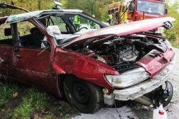 Vermutlich Totalschaden: Dieses Auto hat sich auf der S275 bei Eibenstock überschlagen.