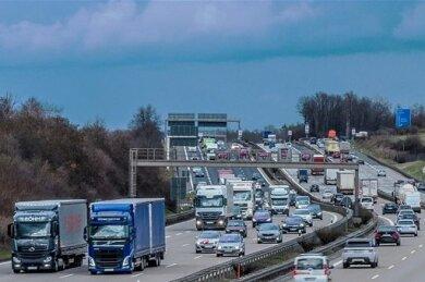 Verkehr am Dreieck Dresden-Nord: Hier müssen werktäglich mehr als 100.000 Fahrzeuge durch.