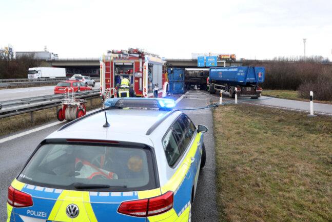 Die freiwillige Feuerwehr Glauchau war im Einsatz, um die Unfallstelle zu sperren undauslaufendes Öl zu binden.